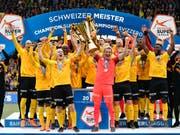 Steve von Bergen und Marco Wölfli an vorderster Front mit dem Pokal (Bild: KEYSTONE/ANTHONY ANEX)