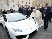 Papst Franziskus hatte im vergangenen November den weissen Lamborghini nicht nur gesegnet, sondern auch seine Handschrift auf der Haube hinterlassen. (Bild: KEYSTONE/AP L'Osservatore Romano)