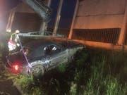 Im auf der A12 bei Matran FR ausser Kontrolle geratenen Auto wurde ein 30-jähriger Mann lebensgefährlich verletzt. (Bild: Kantonspolizei Freiburg)