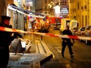 Tatort des Messerangriffs in Paris. Inzwischen ist bekannt geworden, dass der Attentäter tschetschenischer Herkunft ist. (Bild: KEYSTONE/AP/THIBAULT CAMUS)