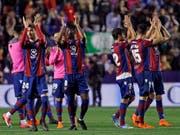 Grosser Jubel bei Levante: Der Aussenseiter bescherte Meister Barcelona die erste Niederlage (Bild: KEYSTONE/AP/ALBERTO SAIZ)