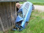 Das Unfallauto wurde beim Crash mit dem Schopf schwer beschädigt. (Bild: Kantonspolizei Aargau)
