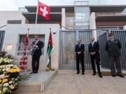 Bundesrat Ignazio Cassis (links) eröffnete am Sonntag in Amman ein neues Botschaftsgebäude - im Beisein des jordanischen Aussenministers (2. von links). (Bild: KEYSTONE/TI-PRESS/GABRIELE PUTZU)