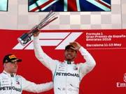 Lewis Hamilton erhielt zum dritten Mal die Trophäe für den Sieg beim Grand Prix von Spanien (Bild: KEYSTONE/AP/MANU FERNANDEZ)