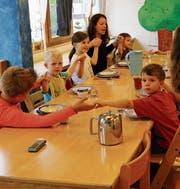 Kinder im Tageshort Rorschach-Rorschacherberg essen gemeinsam mit den Erzieherinnen zu Mittag. (Bilder: Rossella Blattmann)