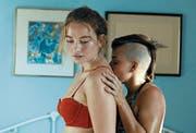 Im Film «Princess Cyd» verliebt sich Cyd (Jessie Pinnick) in Katie (Malic White). (Bild: Rachel Klauser/PD)