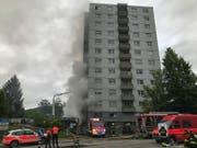 Der Hochhaus-Brand in Brügg bei Biel hielt am Montagmorgen Dutzende Feuerwehrleute in Atem. (Bild: zvg / Kantonspolizei Bern)