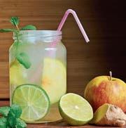 Der Mix für das Trendgetränk Switchel: Apfelessig, Ingwer, Zitrone und viel Wasser. (Bild: Getty)