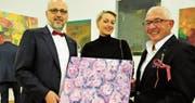 Andreas Sallmann, Danica Aline Wucher und Aurelio Wettstein mit dem Bild «Erotic», das auch Motiv auf Bodywear ist. (Bild: Charlotte Kehl)