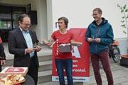 Monika Küng übergibt Regierungsrat Josef Hess Velomodelle. Rechts Kantonsrat Urs Keiser. (Bild: Franziska Herger (Kerns, 4. Mai 2018))