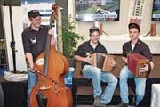 Urchige Entlebucher Volksmusik mit den 3Fach-Hirsche. Von links: Moritz Schaller, Dominik Reber und Marcel Portmann. (Bild: Claudia Surek)