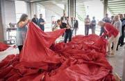 Die Patinnen und Paten der grössten Schweizer Fahne der Welt bewundern ihren Schützling aus der Nähe. (Bild: Ralph Ribi (Münchwilen, 5. Mai 2018))