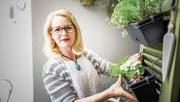 Ihr Herz arbeitet nur noch zu knapp 20 Prozent, ohne Aussicht auf Besserung. Pia Klingenfuss auf dem Balkon bei sich zu Hause in Reussbühl. (Bild: Roger Grütter (5. Mai 2018))