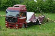 Bei Unfall wurde der Chauffeur verletzt. (Bild: Luzerner Polizei (Eich, 4. Mai 2018))
