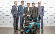 Bisheriger Höhepunkt in der Berufskarriere: Thomas Gemperle (Zweiter von links) erhält mit seinen zwei Partnern von der Jury den «ZKB-Pionierpreis Technopark 2018». (Bilder: PD)
