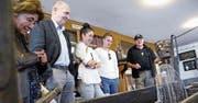 Peter Marty vom Fischereiverein Zug (rechts) zeigt den Besuchern Besonderheiten im Museum. (Bild: Werner Schelbert (Zug, 12. Mai 2018))