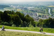 Wanderer auf dem neu eröffneten Rontaler Höhenweg. (Bild: Philipp Schmidli (Root, 6. Mai 2018))