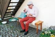 Gemeinderat Stefan Birchler tut sich an einem Stück Grapefruit-Quarktorte gütlich. (Bild: Theres Schurter)