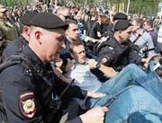 Polizisten führen bei einer Demo auf dem Puschkin-Platz in Moskau Alexei Nawalny ab. (Bild: AP (5. Mai 2018))