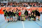 Grosser Jubel in Herisau: Die Handballer feiern den Aufstieg in die 2. Liga. (Bild: Marco Ellenberger)