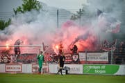 Vor dem Spielstart, Aarau Fans mit Petarden. (Bild: Manuela Matt)
