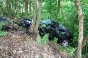 Das total beschädigte Auto im Wald beim Golfplatz Dietschiberg. (Bild: Luzerner Polizei (Luzern, 6. Mai 2018))