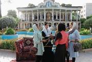 Junge Iranerinnen unterhalten sich vor dem Schapouri-Tee-Haus in Schiraz. (Bild: Michael Wrase)