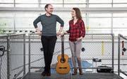 Die Gitarristen Raoul Morat und Elise Tricoteaux im Neubad. (Bild: Manuela Jans-Koch (Luzern, 4. Mai 2018))