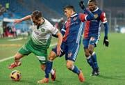 St. Gallens Marco Aratore (links) gegen Basels Mohamed Elyounoussi. (Bild: Georgios Kefalas/KEY (17. Februar 2018))