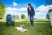 Eliane Jaenke beseitigt Pizzakartons und anderes auf ihrem Rundgang über die Kinderfestwiese. (Bild: Ralph Ribi)