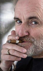 Zigarrenraucher mit brillantem Geist und Humor: Peter Schneider. (Bild: SRF)