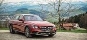 Die E-Klasse 350 d All-Terrain von Mercedes-Benz mit mehr Bodenfreiheit und viel Fahrkomfort. (Bild: Hanspeter Schiess)
