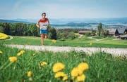 Ein Läufer beim Aufstieg, im Hintergrund das Panorama. (Bild: Reto Martin)