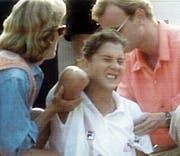 Die verletzte Monica Seles wird kurz nach dem Attentat ärztlich versorgt. (Bild: Keystone/DPA/NDR (Hamburg, 30. April 1993))