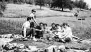 Zwei vergnügte Tage (und eine kalte Nacht) im Zelt verbrachten die jungen Leute, die zur Eröffnung des Campings Ascot als «Statisten» eingeladen worden waren. Die Fotos stammen aus dem Album von Marianne Riedi-Janko, die selbst anwesend war. (Bilder: pd)