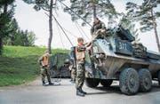 Diesel für den Panzer: Soldaten betanken in Sulgen die unterschiedlichen Fahrzeuge. (Bild: Andrea Stalder)