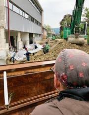 Der St. Galler Künstler Roman Rutishauser begleitet die Schülerinnen und Schüler musikalisch in die Baugrube, die symbolisch zur Lagunenstadt Venedig gewandelt wird. (Bild: Andrea Häusler)
