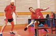 Andrew Rushton (links) und Matiss Burgis (Mitte) spielten unter Beobachtung des Teamkollegen Fredrik Möller (rechts). (Bild: Jörg Roth)