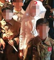 """Martialische Inszenierung: Türkischstämmige Schüler spielen in der Mehrzweckhalle Uttwil die Schlacht von Gallipoli nach. (Bild: """"Sonntags-Blick"""")"""