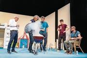 Im Kinderzimmer erzählen sechs Väter ihre Biografie und stossen auf Gemeinsamkeiten wie Widersprüche. (Bild: Ingo Höhn)