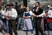 Vor der Jesuitenkriche wird traditionell und feierlich getanzt. Sehr zur Freude des zufälligen Publikums. (Bild: Corinne Glanzmann (Luzerner Zeitung))
