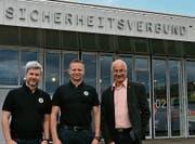 Von links: Geschäftsstellenleiter Marc Schwendener, Kommandant Tom Widmer und Verwaltungsratspräsident Daniel Meili. (Bild: PD)