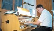 Michal Markuszewski an der Orgel in der Pfarrkirche St. Martin. (Bild: Maria Schmid (Baar, 7. Mai 2018))