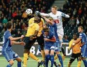 Luzerns Abwehr um Goalie Jonas Omlin (helles Dress) wird gegen YB viel Arbeit bekommen. (Bild: Peter Klaunzer/Keystone (Bern, 20. September 2017))