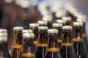 """Die Produktion in der Abfuellerei des neuen """"Migi Braeu Lager"""" der neuen Brauerei Lussi der Lussi Getraenke AG in Stans am Dienstag, 20. Maerz 2018 laeuft auf Hochtouren. Das neue Bier ist ab dieser Woche auf dem Markt. (KEYSTONE/Urs Flueeler) (Bild: URS FLUEELER (KEYSTONE))"""