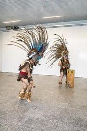 «Lebenskraft»-Aussteller führen einen aztekischen Heilungstanz auf. (Bild: Benjamin Manser (Zürich, 3. Mai 2018))