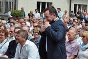 Das Volk hat gewählt, das Jackett sitzt: Franz Fässler begibt sich als neuer stillstehender Hauptmann von Appenzell nach vorne. (Bild: Roger Fuchs)