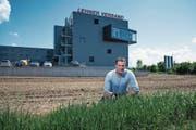 Thomas Meier, Geschäftsführer der Lehner Versand AG, auf der Fläche, die er gerne bebauen würde. (Bild: Roger Grütter (Schenkon, 8. Mai 2018))
