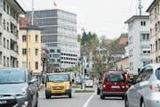 Heute fahren im Schnitt täglich 19'000 Fahrzeuge auf der Zürcher Strasse durchs Lachen-Quartier. (Bild: Hanspeter Schiess)