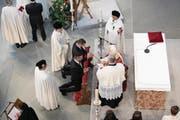 Neumitglieder knien vor Grossmeister Edwin Frederick O'Brien, um von ihm durch das Schwert zum Ritter geschlagen zu werden. (Bild: Corinne Glanzmann (Luzern, 12. Mai 2018))